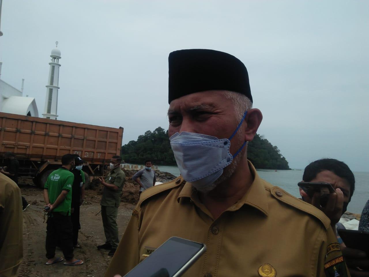 Gubernur Sumbar, Mahyeldi saat wawancara dengan wartawan. [Foto : Scientia/Clo]