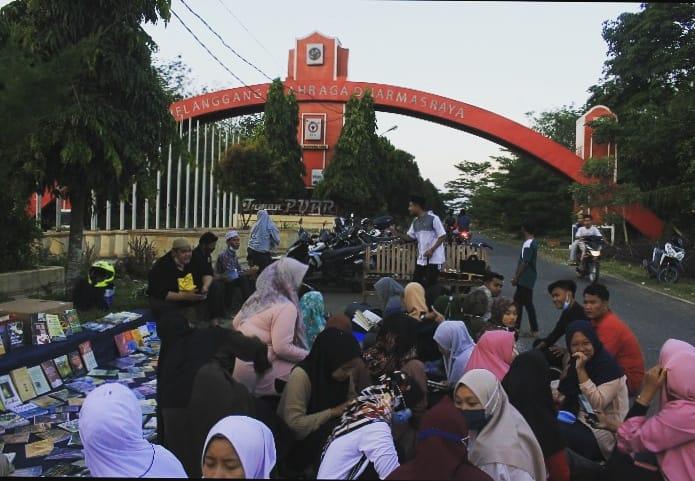 Masyarakat Dharmasraya antusias menikmati sajian buku dari Merenda Dharmasraya, di sekitar Jalan Lintas Sumatera Km. 18, Nagari Koto Baru, Rabu (21/4). [Foto: Scientia/tnl]